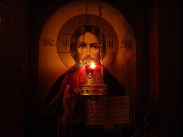 Догарала свеча пред иконой